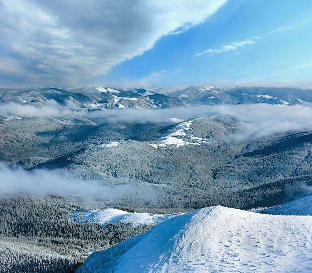 낮은 매달려 구름과 겨울 산 풍경입니다. 산 정상에서보기 (carpathian, 우크라이나).