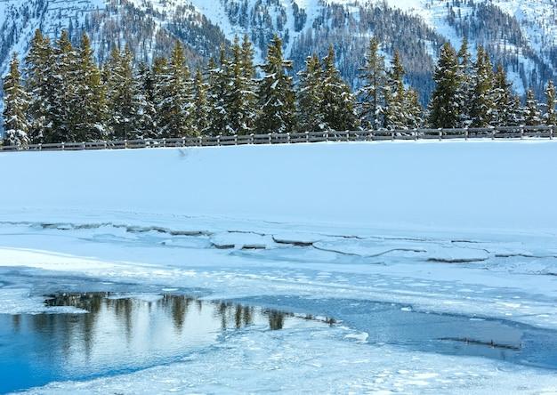 녹는 호수와 겨울 산 풍경입니다. 오스트리아 티롤 리안 산맥의 kappl 스키 지역.