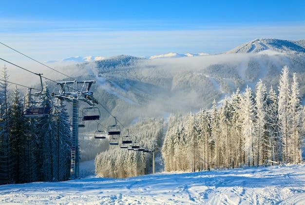 Зимний горный пейзаж с подъемником и горнолыжным спуском