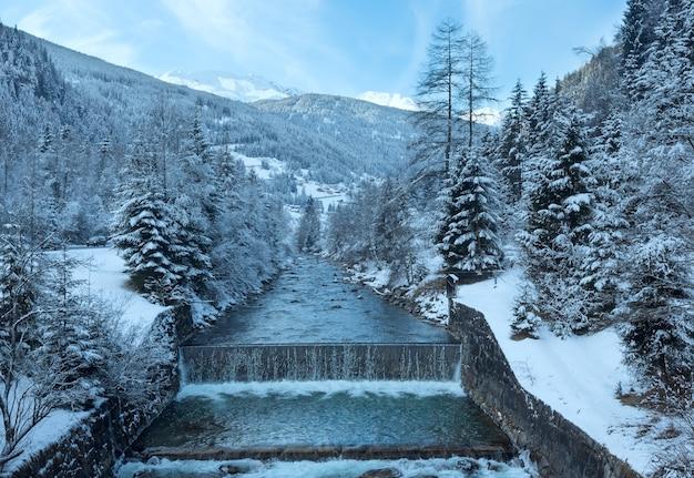겨울 산 스트림보기 및 언덕 (오스트리아)에 눈 덮인 숲.
