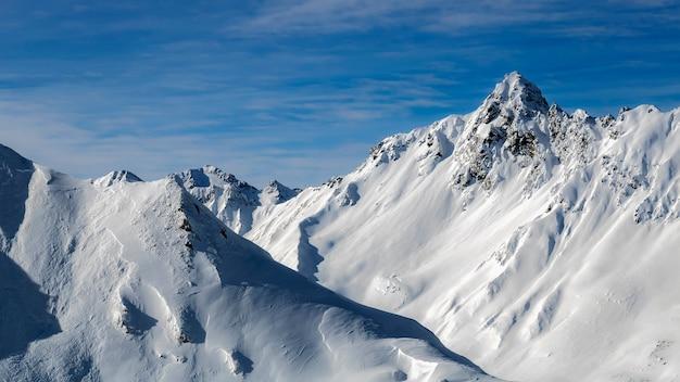 雪に覆われた冬の山々。オーストリアアルプスの寒い晴れた冬の日