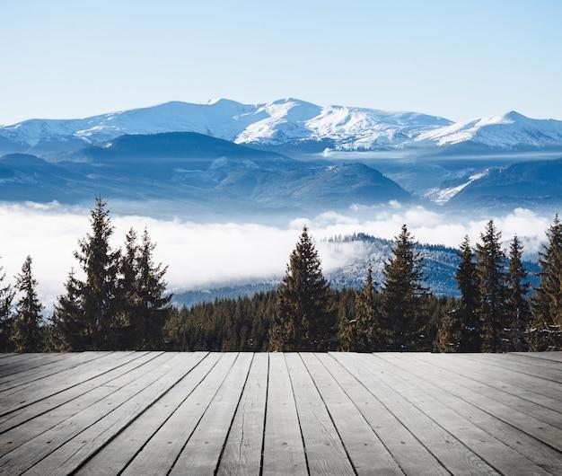 Зимние горы с туманом и деревянным полом