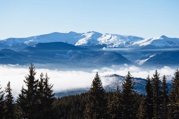 Зимние горы с туманом