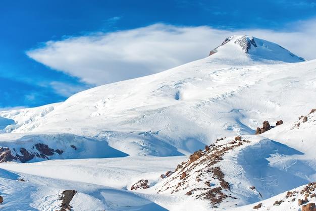 雪のピークと冬の山々。エルブルス山