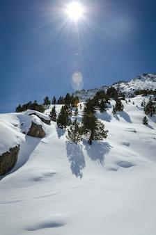 Зимний пейзаж природы, удивительный снежный горный вид.