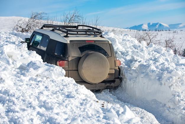 Зимнее бездорожье. джип в снегопаде. бездорожье приключение.