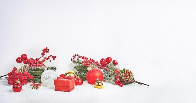 冬またはクリスマスをテーマにしたバナー、クリスマスの作曲。クリスマスのモミの木の枝