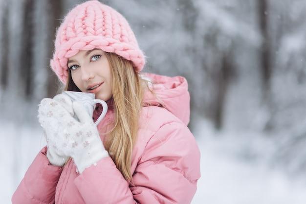 겨울 야외 행복한 블론디 여자 초상화