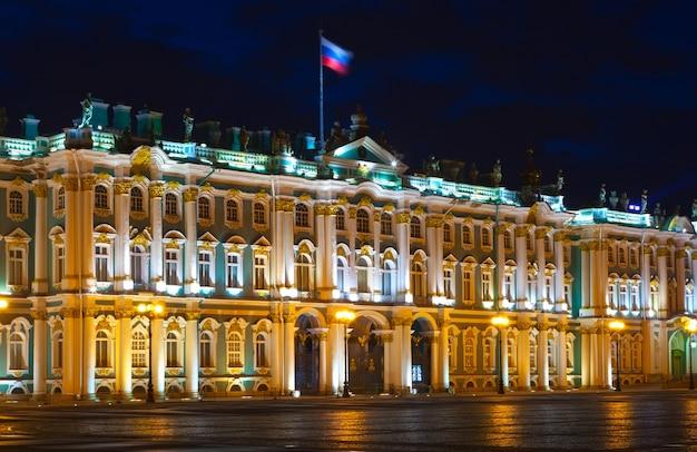 Зимний дворец в санкт-петербурге в ночное время