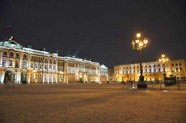サンクトペテルブルクの冬の夜に照らされた冬宮殿またはエルミタージュ