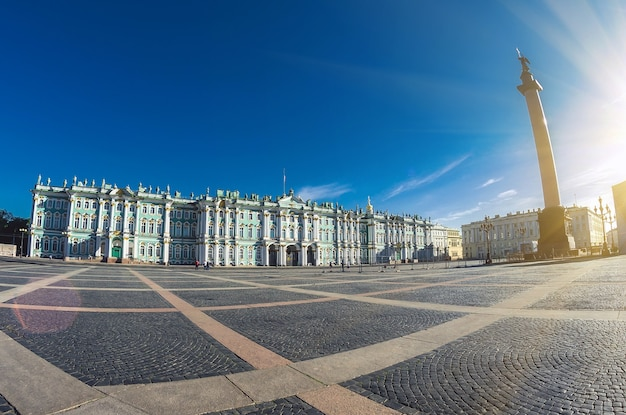 Зимний дворец здание санкт-петербурга, в котором размещается эрмитаж.