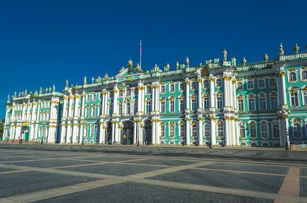 Зимний дворец здание санкт-петербурга, в котором находится эрмитаж.
