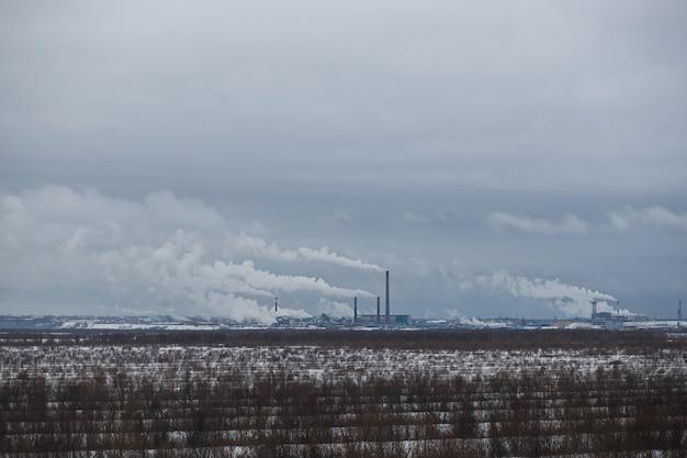 펄프 제지 공장의 겨울 파노라마. 공간을 복사하십시오.