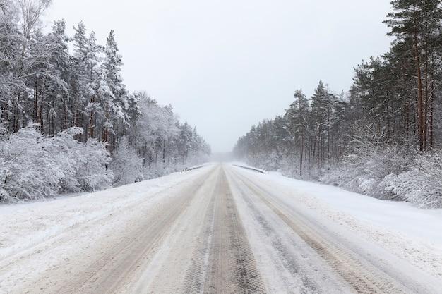 Зимняя асфальтированная дорога для автотранспорта