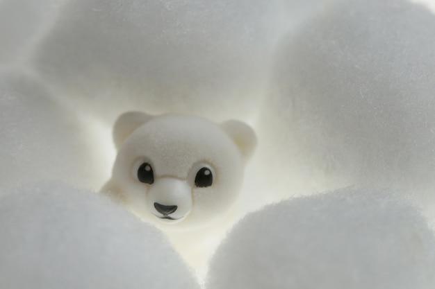 Зимняя игрушка белый медведь