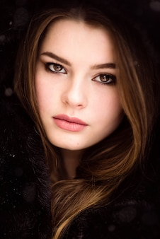 Зимний портрет красивой девушки