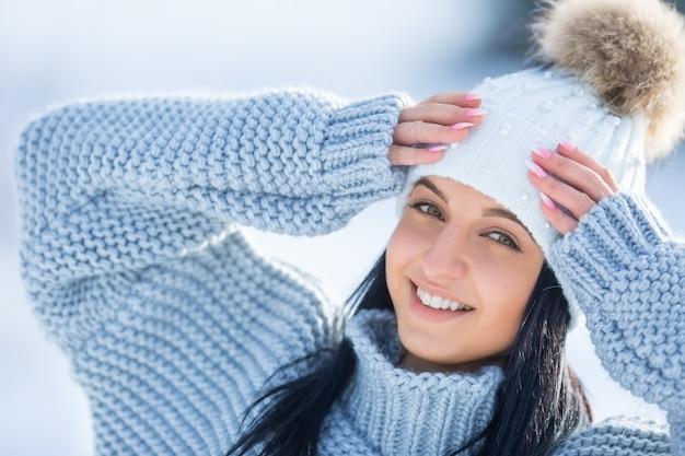 Зимний портрет привлекательной молодой женщины в теплой одежде.