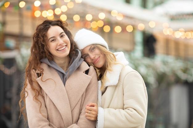 여자 친구를 웃 고 패션의 겨울 초상화입니다. 야외 재미 행복 한 여자입니다.