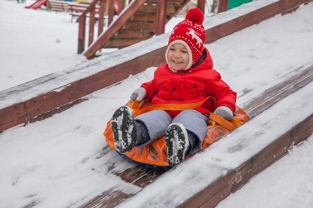 Зимний портрет маленького мальчика в теплой одежде