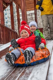 Зимний портрет маленьких мальчиков в теплой одежде