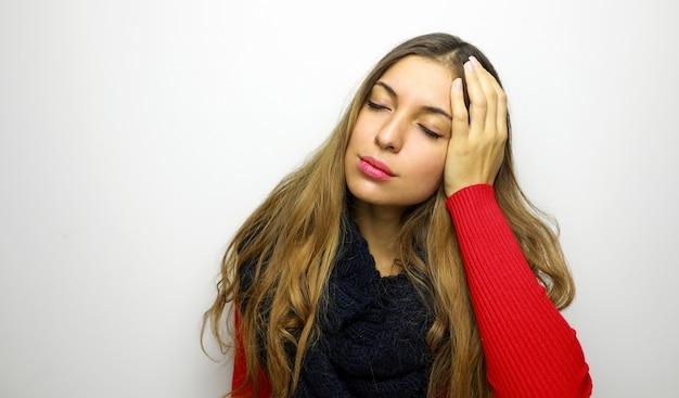 Зимний портрет женщины с головной болью на белом фоне