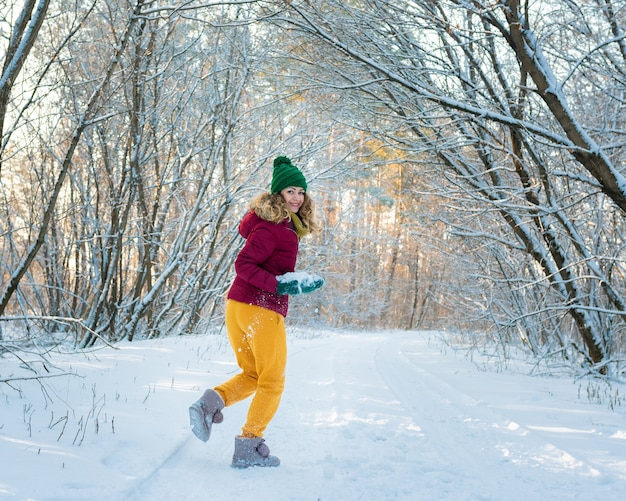 Зимний портрет молодой красивой женщины брюнетки в снежном лесу