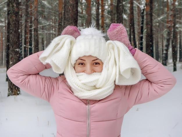 눈 덮인 숲에서 젊은 여자의 겨울 초상화