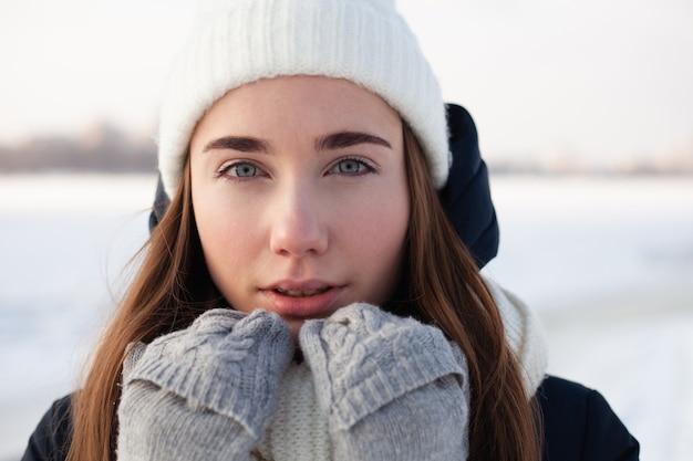 젊은 여자의 겨울 초상화 사진