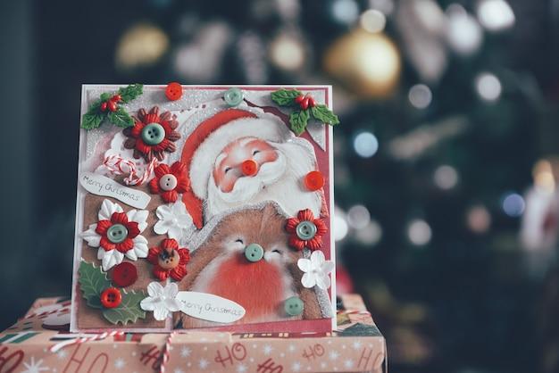 Зимняя красная и зеленая рождественская открытка с дедом морозом.