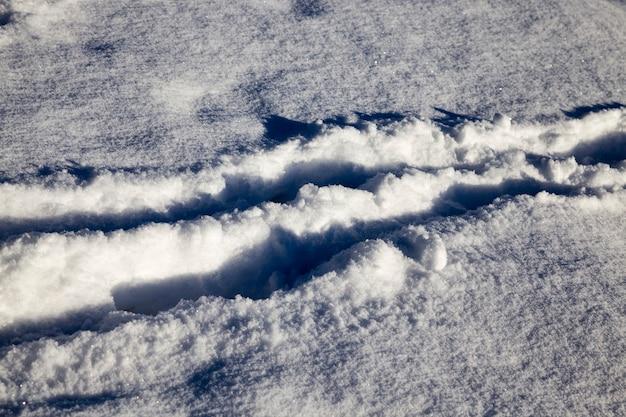 Зимняя дорога для вождения автомобилей в зимнее время года, засыпанная снегом после снегопада