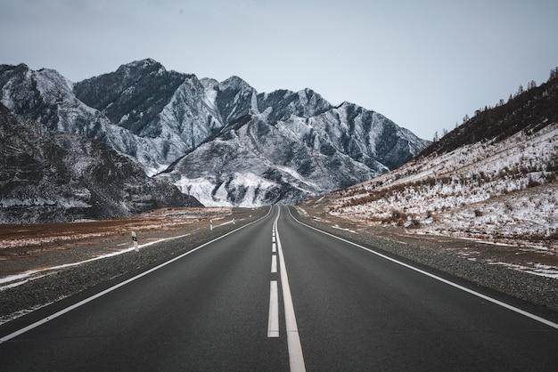 Зимняя дорога в горах. пасмурная погода.