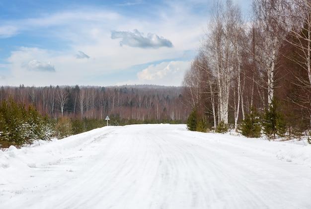 Зимняя дорога в снежном морозном лесном пейзаже
