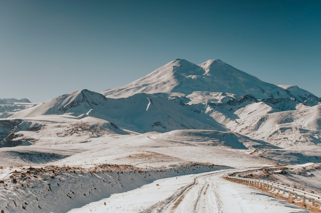 山の中の冬の道。コーカサス山脈の美しい風景。