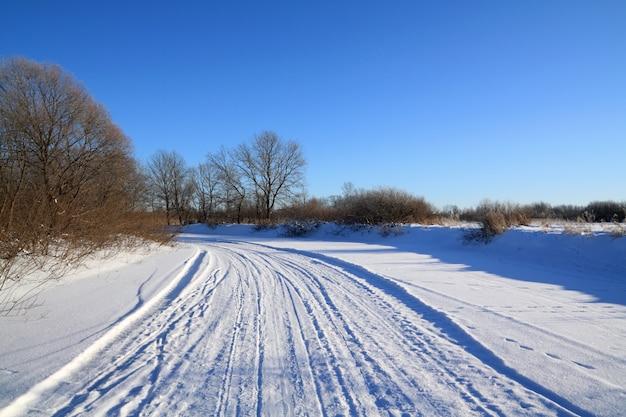 氷の川の冬道