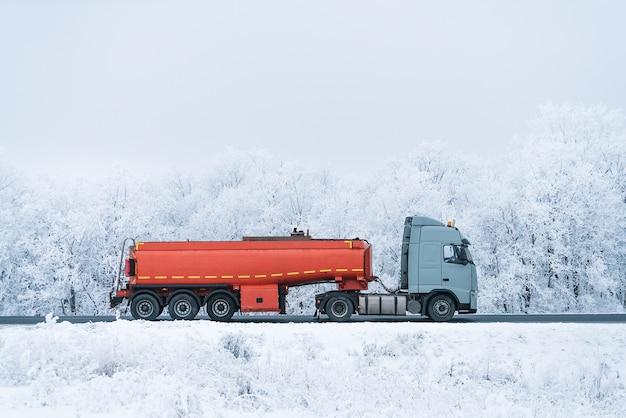 冬の道路輸送燃料タンカートラック。