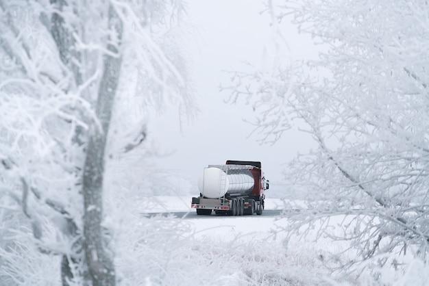 冬の道路輸送トラック輸送