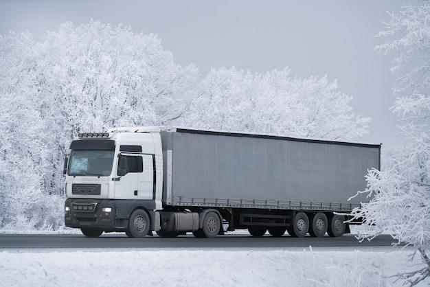 冬の道路輸送トラック。