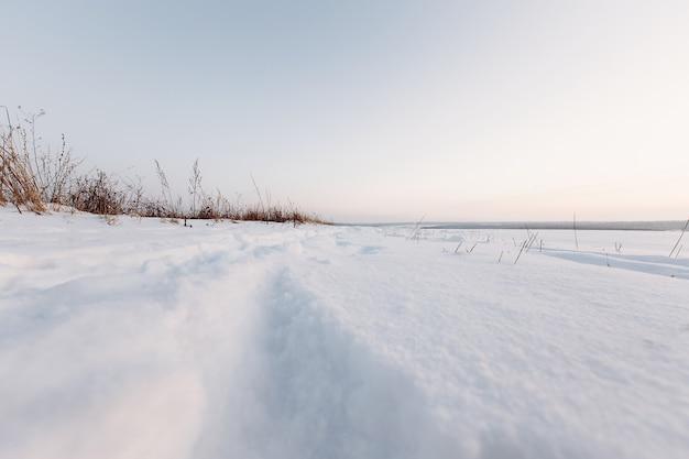 Зима, дорога с трассой в заснеженном поле