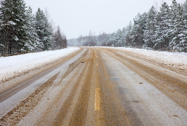 Winter road with a dangerous turning anti glaze composition