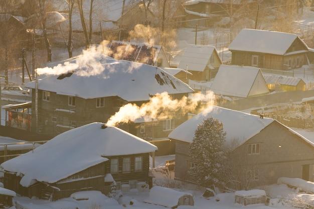 ロシアの田舎の冬の田園風景。凍るような冬の朝、クリスマスの乾杯