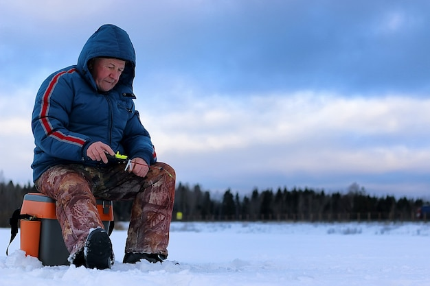 Зимний сезон старик рыбалка на озере