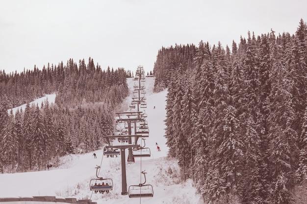 スキーリゾートの冬の季節