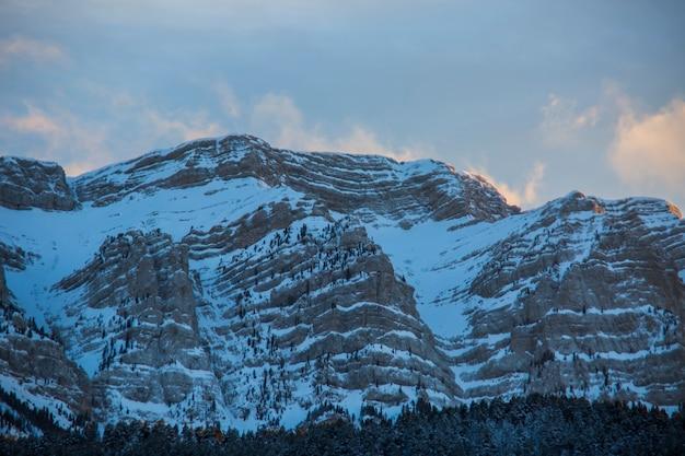 Зима серра-дель-кади в ла серданья, пиренеи, испания