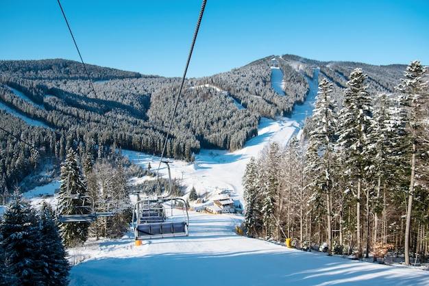 山の冬のスキーリゾート