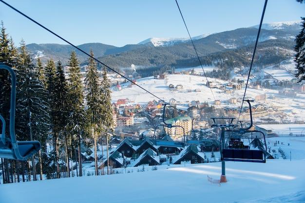 晴れた朝の山の冬のスキーリゾート
