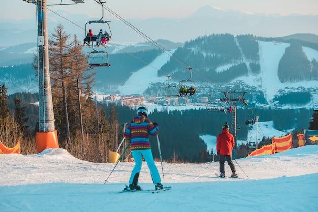 冬のスキーリゾートのスキーとスノーボード