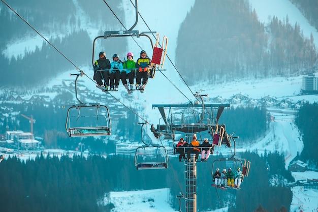Зимний горнолыжный курорт, катание на лыжах и сноуборде