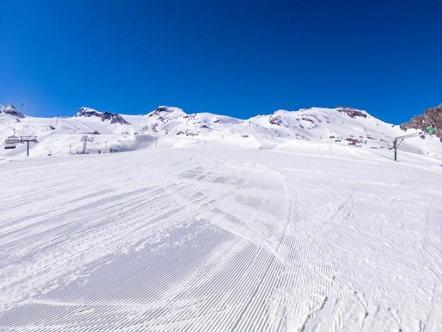 ゲレンデのある氷河の冬のスキー場