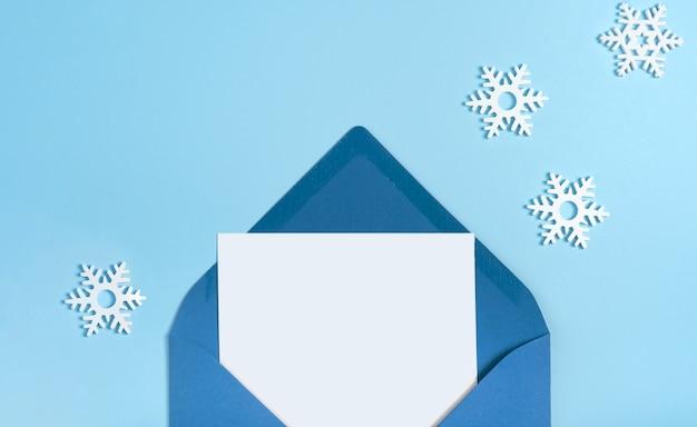 겨울 작은 하얀 눈송이 편지 파란색 복사 공간 미니멀. 템플릿 초대 카드