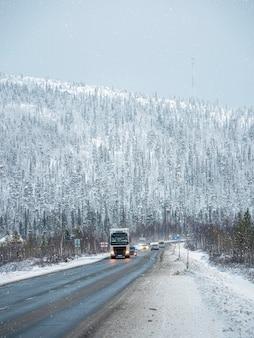Зимняя снежная дорога на кольском полуострове. трафик автомобилей. россия.